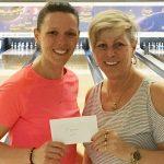 La quadruple championne Johanne Laroche a reçu son chèque des mains d'Audrey Morin (à gauche), co-gestionnaire du tournoi.